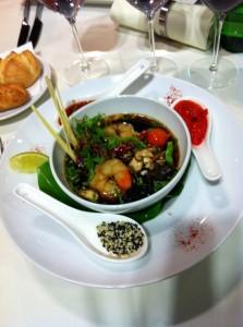 Raviole de crabe du Kamtchatka, grosses crevettes et chop Suey