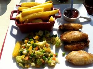 Plat du jour: ailes de poulet, frites et petits légumes