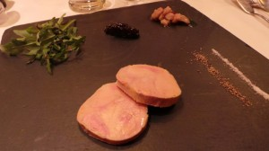 Foie gras de canard maison cuit au naturel Chutney d'ananas et brunoise de céleri (25.-)