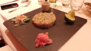 Tartare de loup de mer mariné aux herbes Radis bière, petit pot de soja et gingembre rose (40.-)