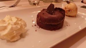 Fondant au chocolat noir et avelines Favarger Crème glacée macadamia (15.-)