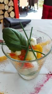 Les billes de mozzarella, chèvre et tomates cerises, pistou glacé au basilic frais gressin