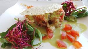 Le tartare de saumon frais et fumé aux zestes de citron, dentelles de parmesan, émulsion pistache