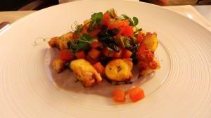 Poulpe persillé, crème de pommes violettes et sauce vierge