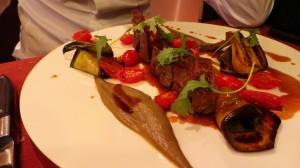 """Pièce de boeuf """"Black Angus"""", aubergine fumée, tomate San Marzano et poudre de chorizo (56.-)"""