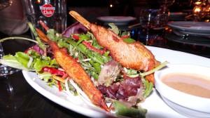 Salade thaï et yakitori de poulet satay