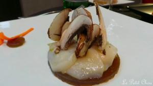 Carpaccio de Saint Jacques,mariné citron vert et vinaigre balsamique blanc, gelée acidulée, effeuillé de champignons